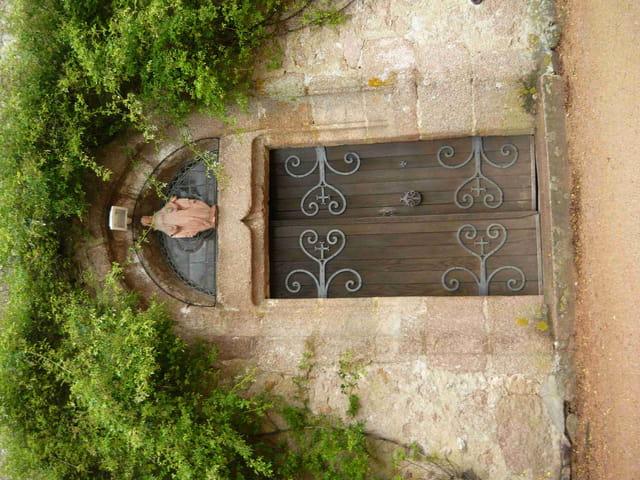 Porte d'entrée du prieuré de Barrais Bussoles.