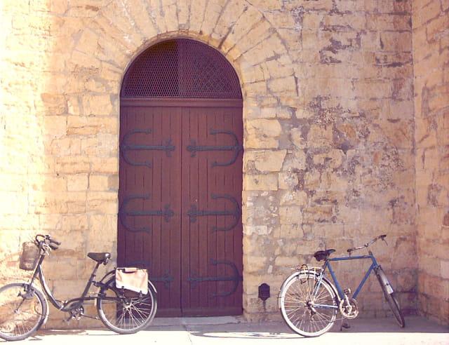 Porte d'un chateau avec bicyclette