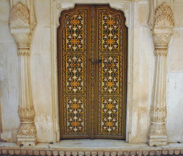 Porte richement décorée