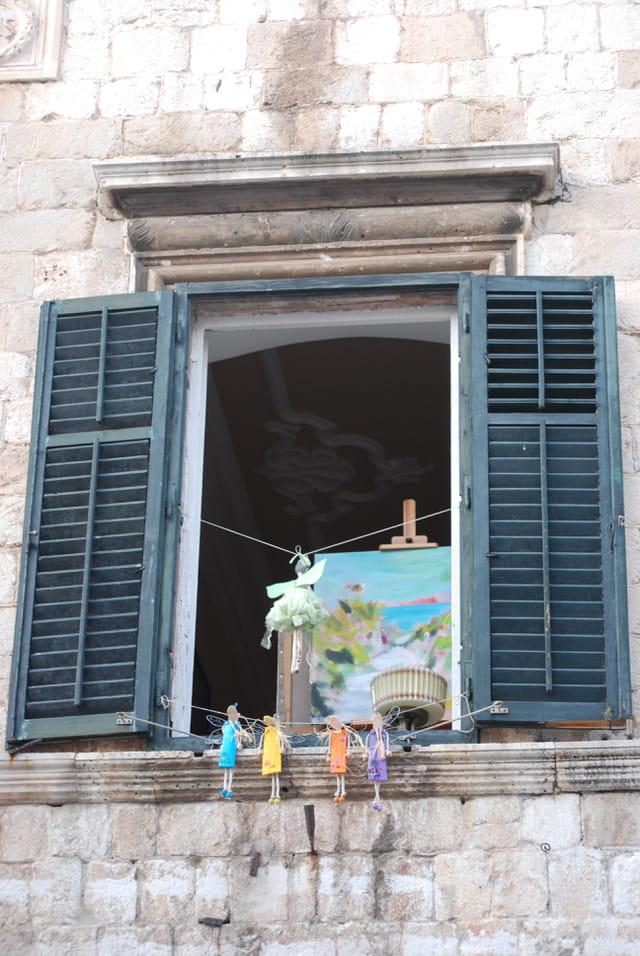 poupées à la fenêtre