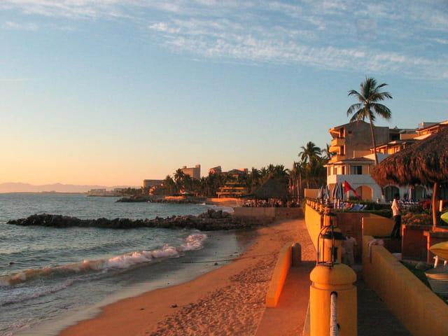Puerto Vallarta, plage de la zone des hôtels au coucher du soleil