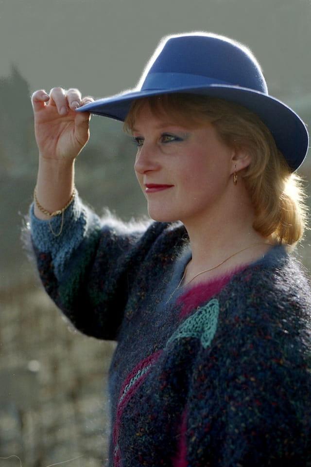 Pull et chapeau bleu.