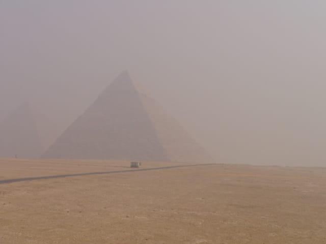 Pyramide de cephren dans la brume