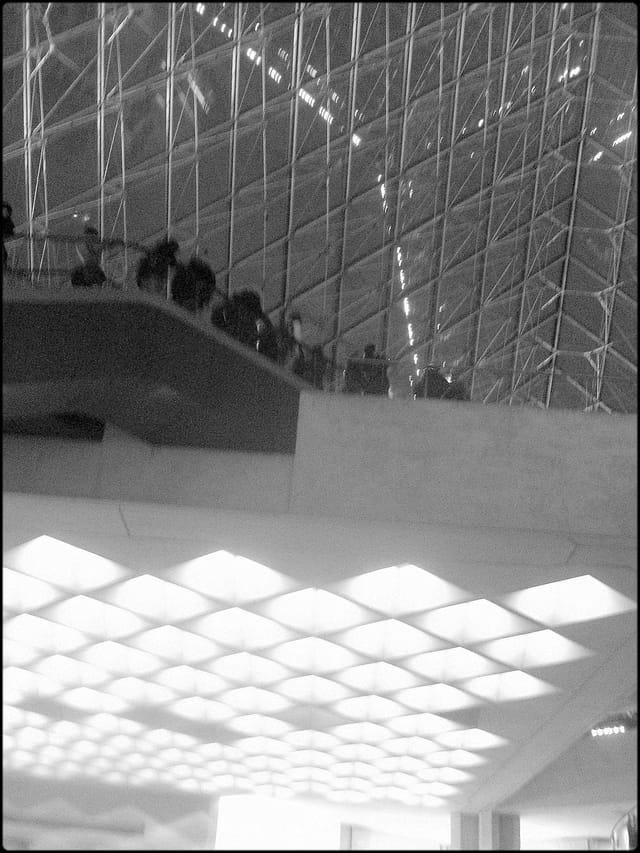 Pyramide du Louvre, à l'heure de la sortie
