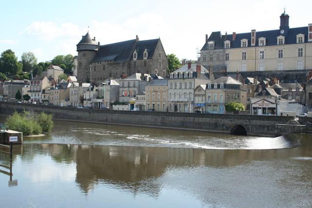 Quai de Laval et château