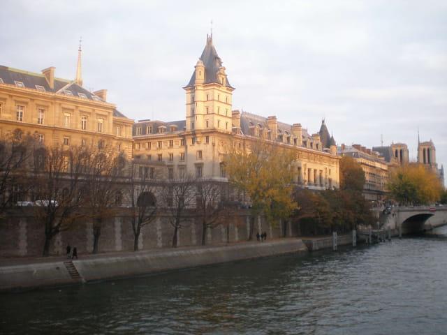 Quai de Seine prenant les couleurs de l'automne
