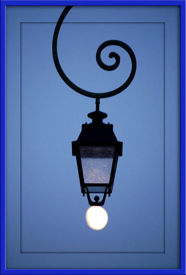 Quand la lune joue avec les lampadaires