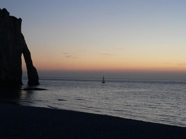 Quand le soleil se couche sur les falaises d'Etretat