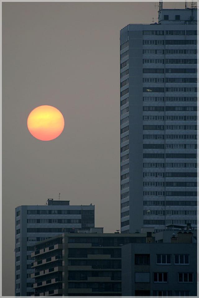 Quand une orange visite un immeuble