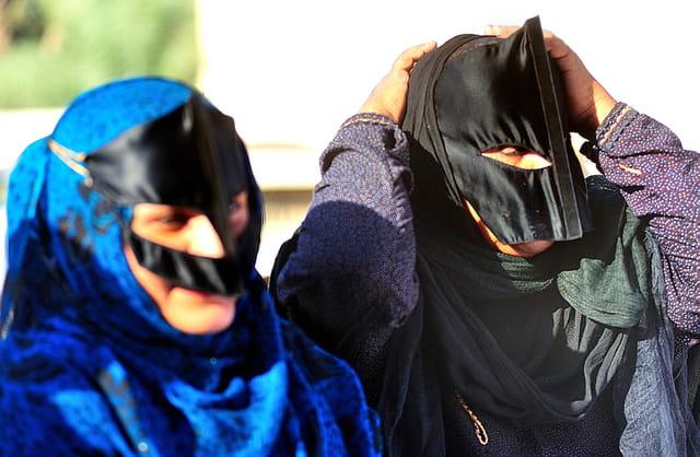 Rajuster la burqa.