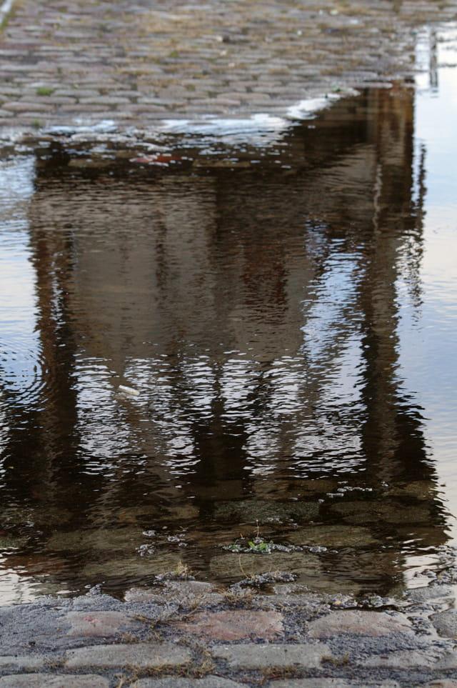 Bassin a flot sous la pluie