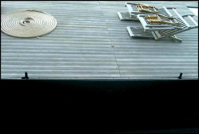 Rangement soigné sur péniche à quai