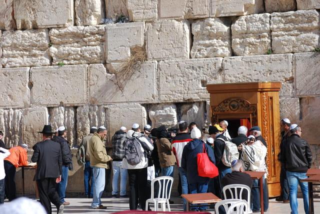 recueillement côté hommes devant le Mur des Lamentations