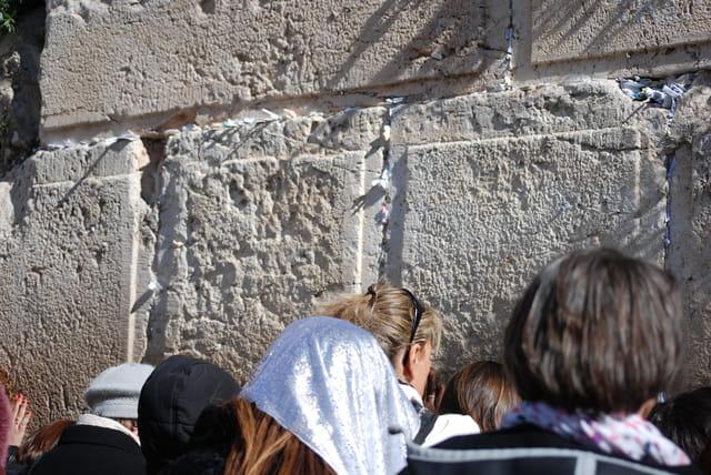 recueillement devant le Mur des Lamentations