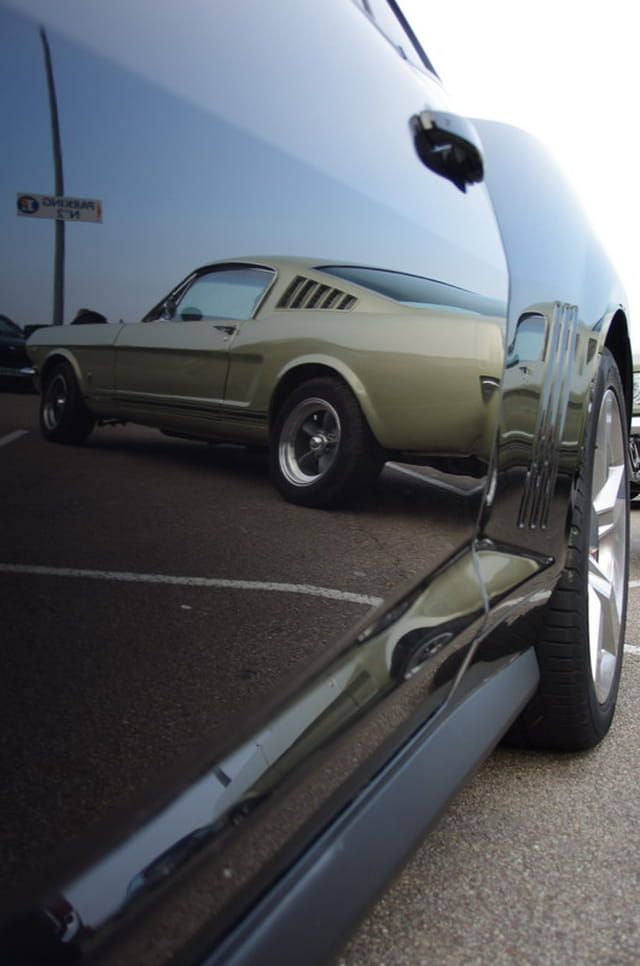 Reflet d'une Mustang