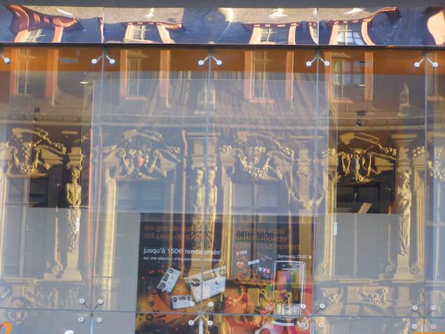 Reflets de vieille bourse en vitrine commerciale
