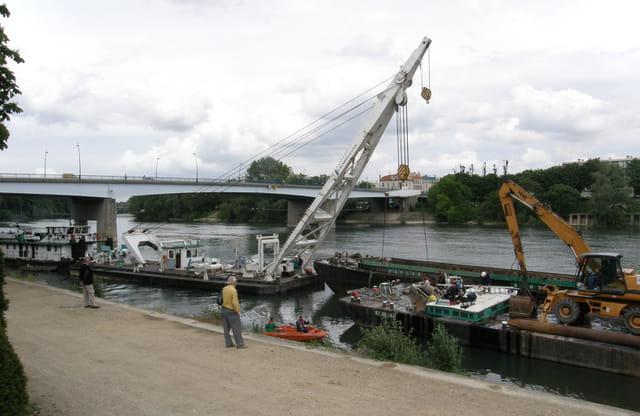 Renflouage d'une barge géante sur la Seine 10