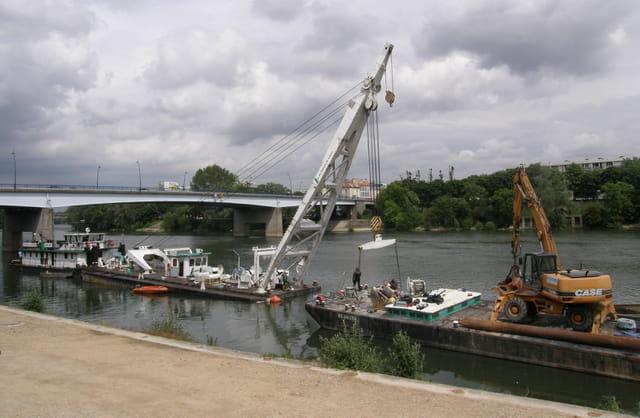 Renflouage d'une barge géante sur la Seine 2