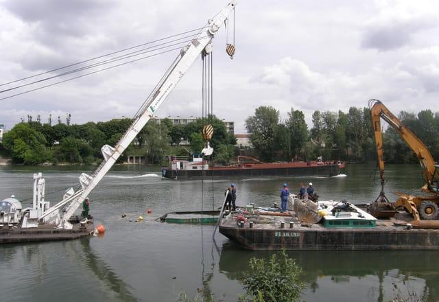 Renflouage d'une barge géante sur la Seine 5
