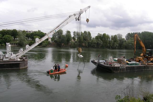 Renflouage d'une barge géante sur la Seine 4