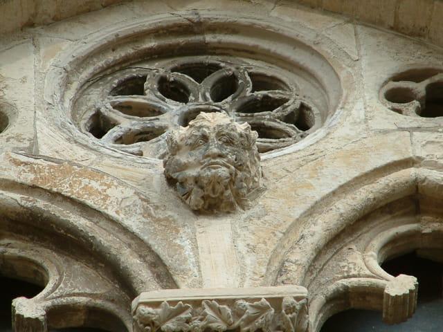 Rosace et sculpture visage d'homme