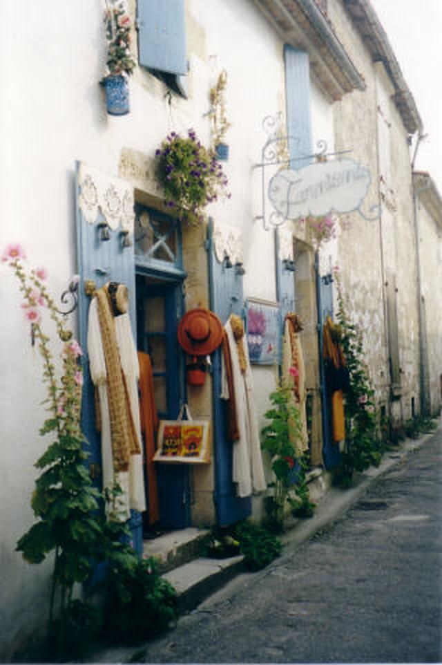 Rue aux volets bleus