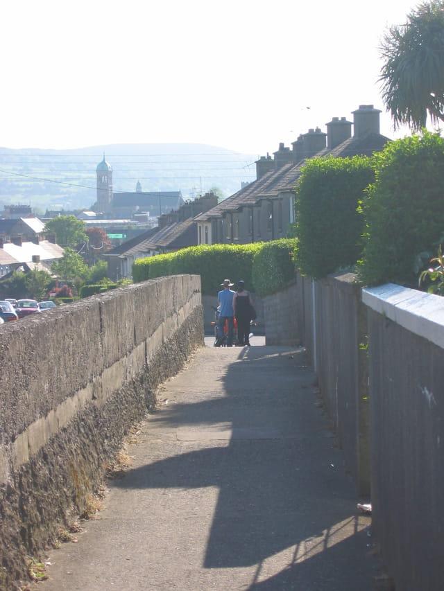 Rue ensoleillée en Irlande