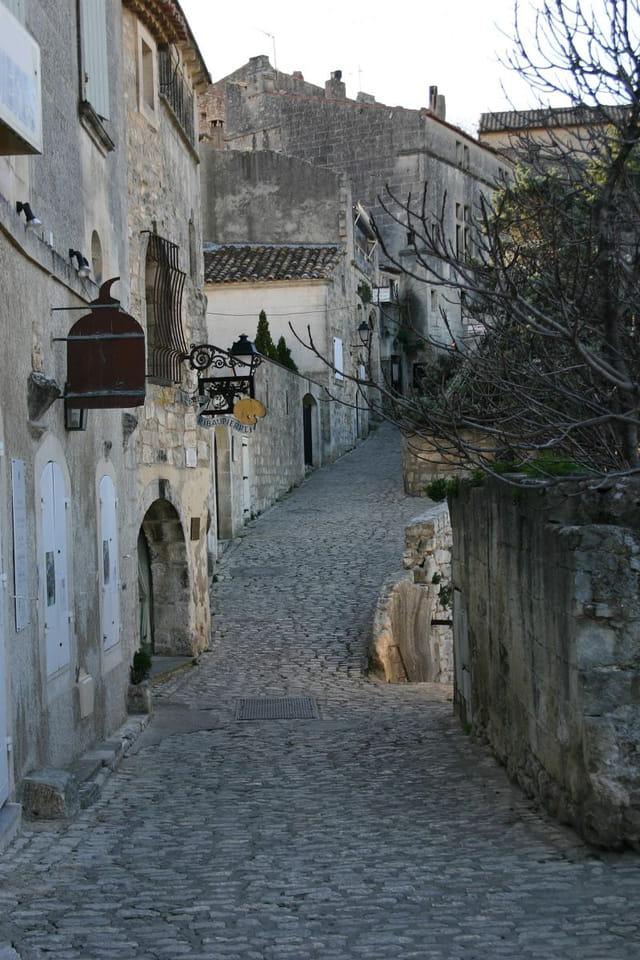 Rue pavée aux baux de provence