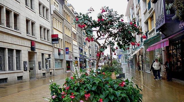 Rue piétonne sous la pluie