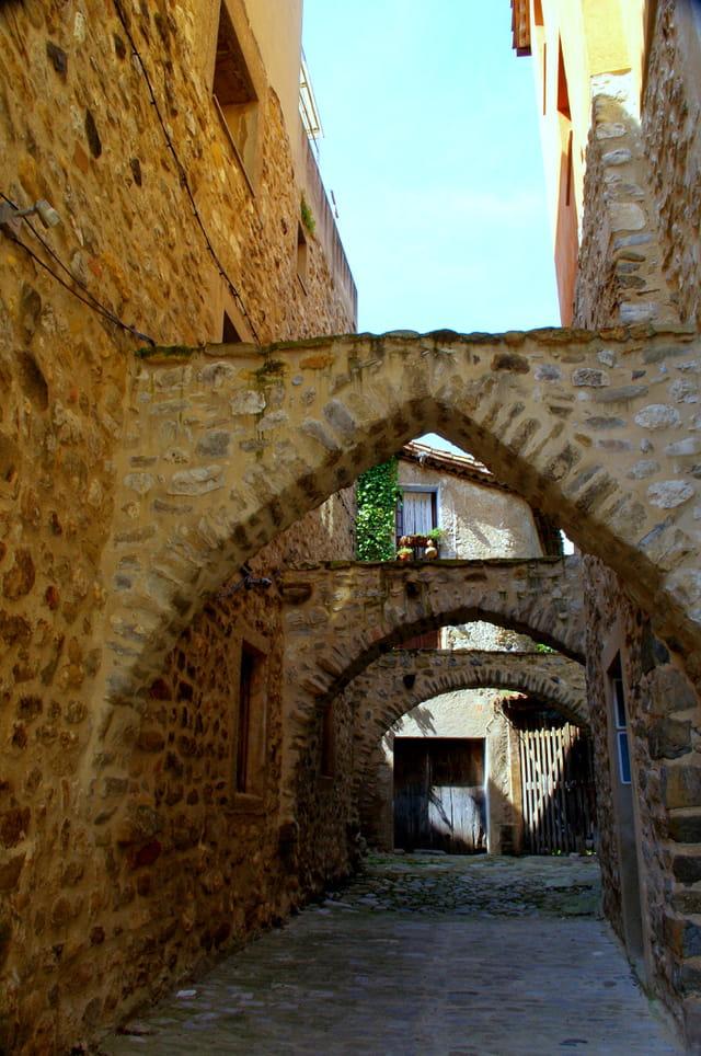 Rue pittoresque du village de Besalù