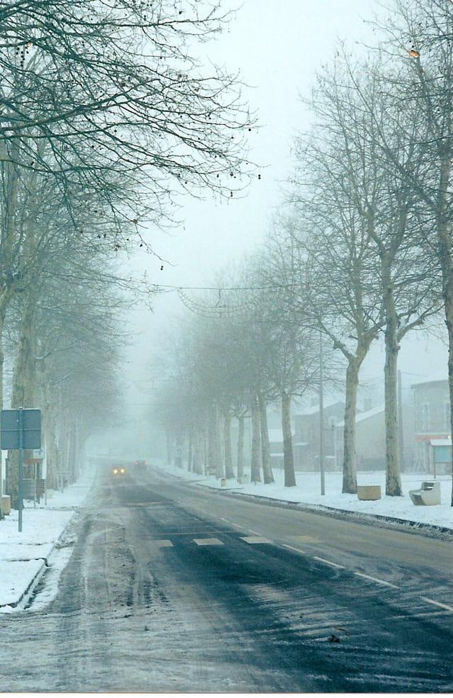 Rue principale de Nieuil par temps de neige