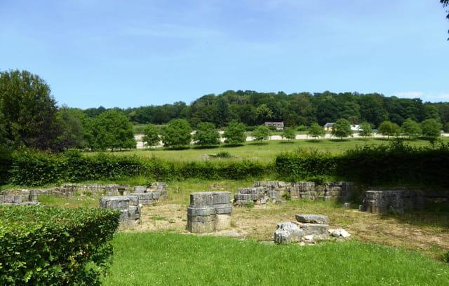 Ruines de l'ancienne église abbatiale