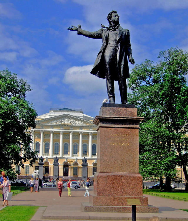 Saint Petersbourg, statue Pouchkine square Iskousstv