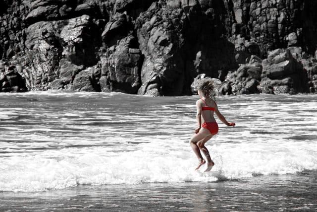 Sautez de joie dans les vagues océanes