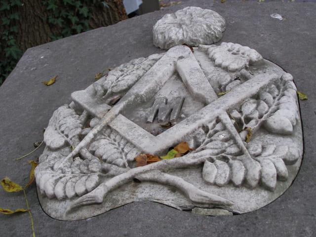 Sceau maçonnique sur stèle funéraire