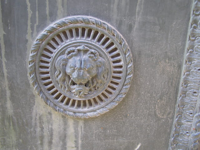 Sculpture décorative de porte ancienne