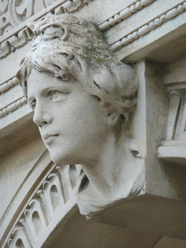 Sculpture sur mausolée de Mistral