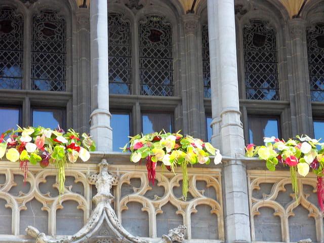 Sculptures et fleurs (Maison du Roi)