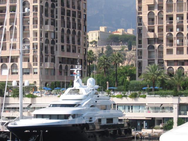 Seaside plaza encadrant le palais