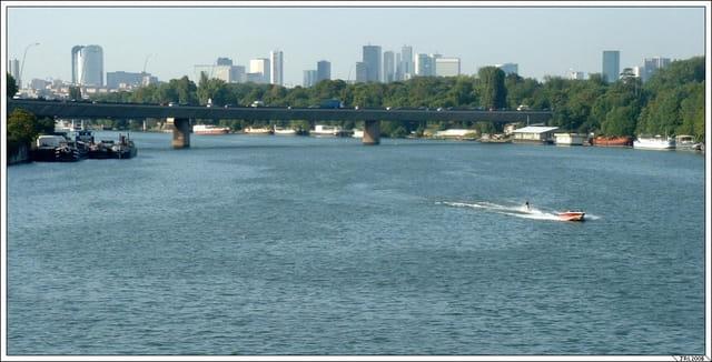 Ski nautique sur la Seine en pleine ville