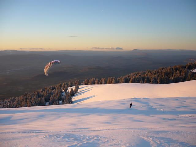 Snowkite au soleil couchant