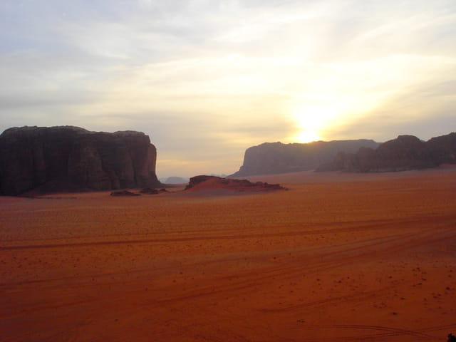 Soleil couchant dans le désert