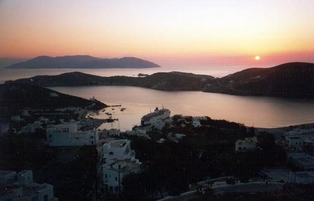 soleil couchant sur le port de Ios