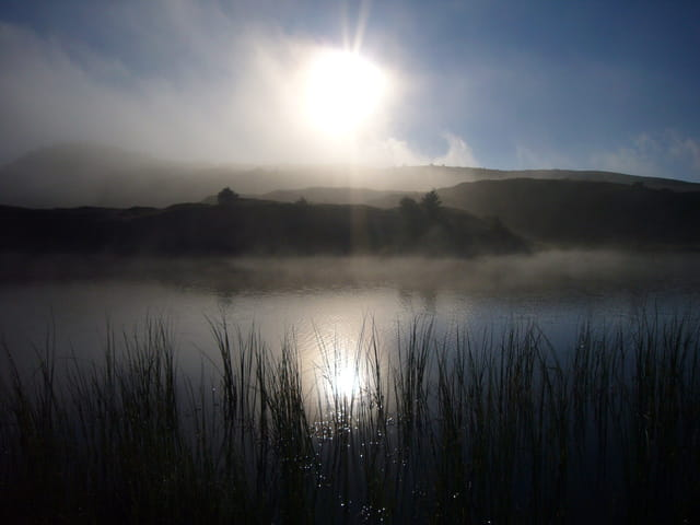 Soleil perçant les brumes du lac fourchu