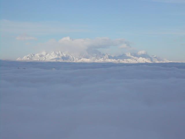 Sommet des montagnes au dessus des nuages