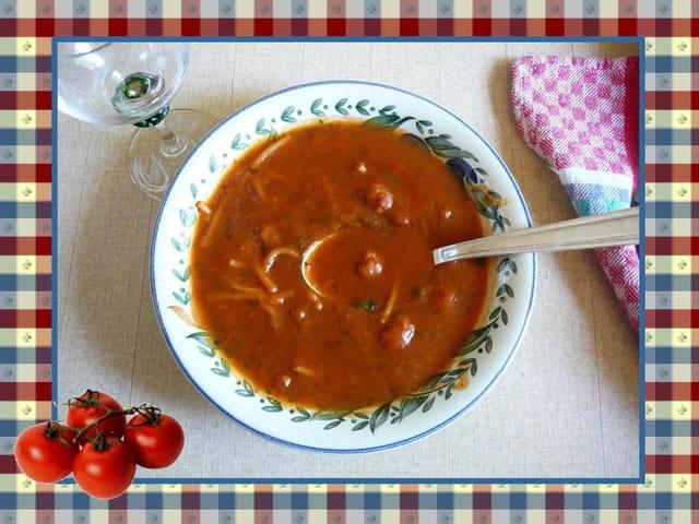 Soupe à la tomate avec des petites boulettes de viande