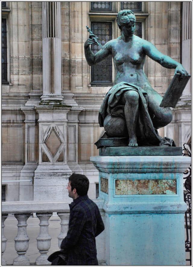 Sous la statue