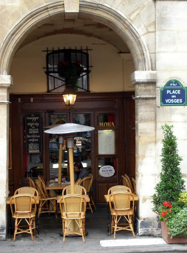 Sous les arcades de La Place des Vosges.