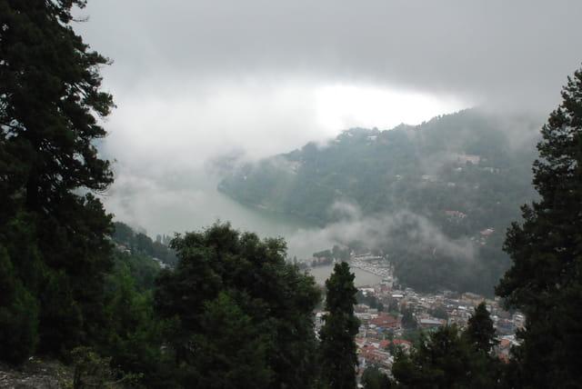 Sous les nuages la montagne himalayenne
