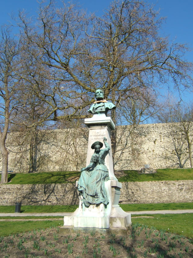 Statue à la mémoire du docteur DUCHENNE